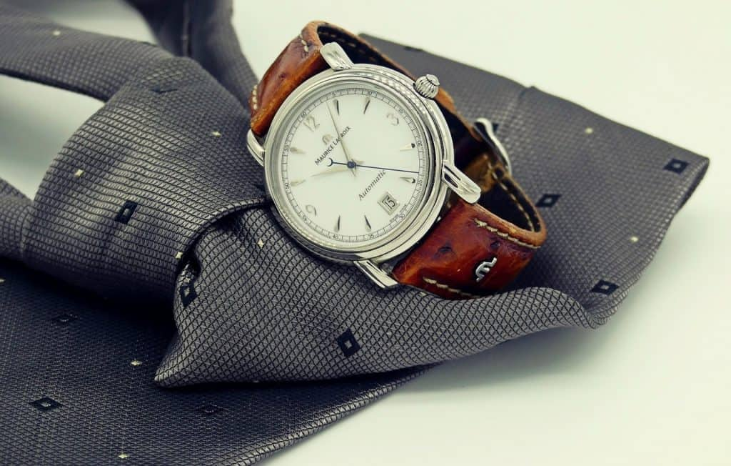 Dress watch on a tie (Image Credits: cocoparisienne / Pixabay)